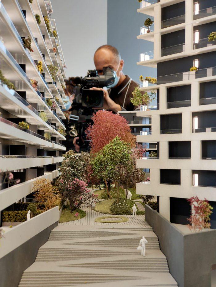cameraman filma plastico