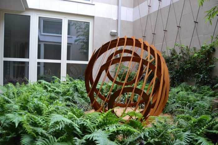 Giardino all'improvviso con scultura EGG (11)