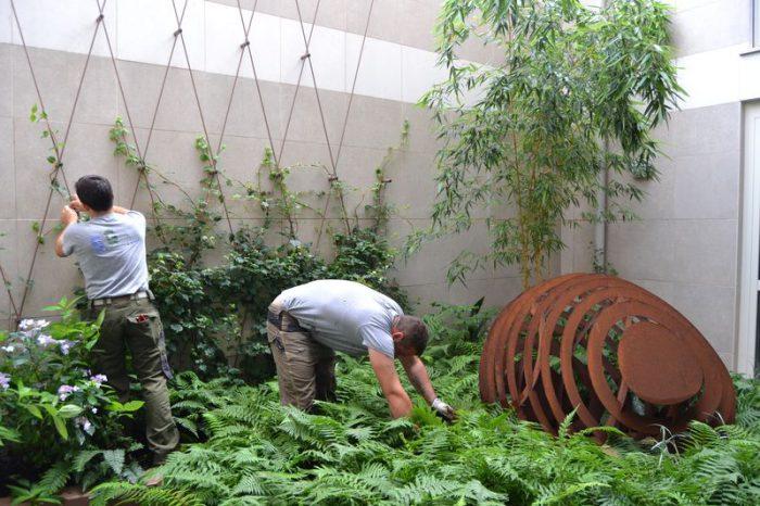 giardinieri al lavoro in giardino interno