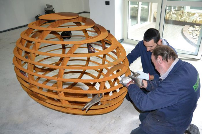 La costruzione della scultura in corten