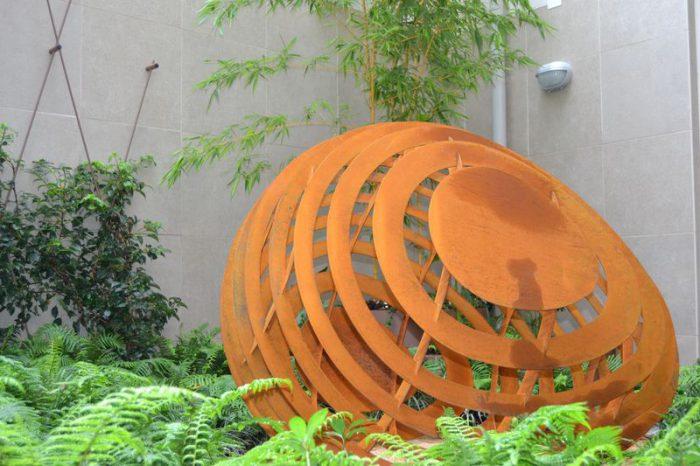 Giardino all'improvviso con scultura EGG (9)